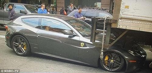 Siêu xe Ferrari FF bị ô tô tải 'đè đầu' - 4