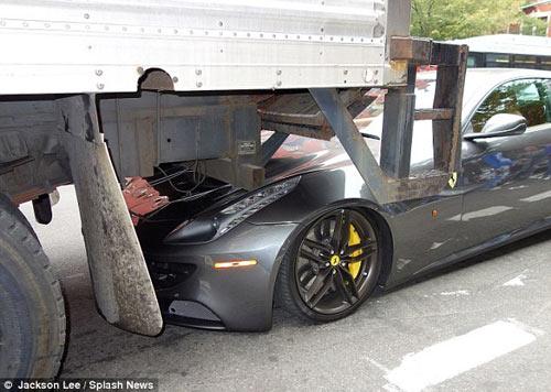 Siêu xe Ferrari FF bị ô tô tải 'đè đầu' - 1
