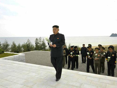 Kim Jong-un viếng mộ 30 người lính chết bí ẩn - 1