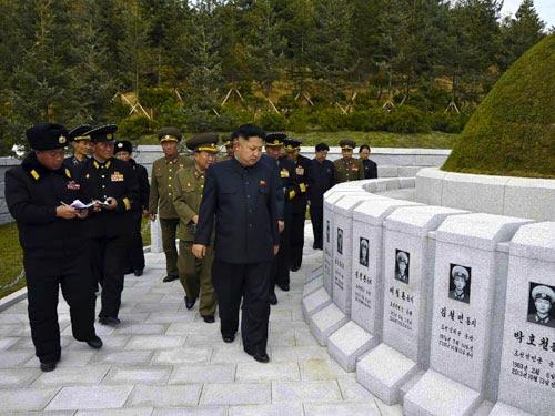 Kim Jong-un viếng mộ 30 người lính chết bí ẩn - 2
