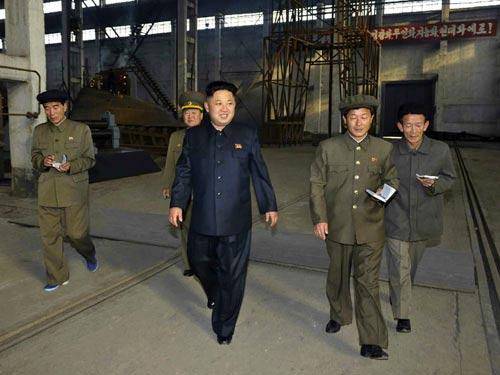 Kim Jong-un viếng mộ 30 người lính chết bí ẩn - 5