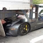 Ô tô - Xe máy - Siêu xe Ferrari FF bị ô tô tải 'đè đầu'