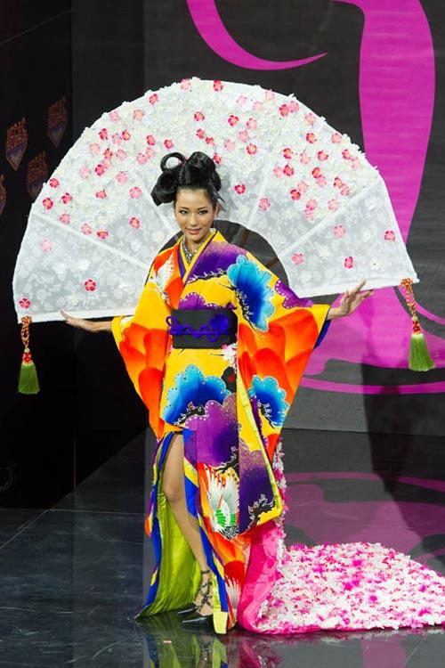 Ngợp vì váy dân tộc tại Miss Universe - 11