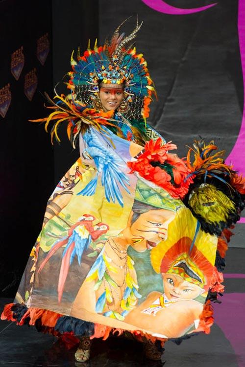 Ngợp vì váy dân tộc tại Miss Universe - 2