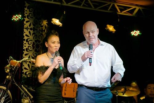 Chồng Thu Minh tặng 300 triệu cho đồng bào miền Trung - 3