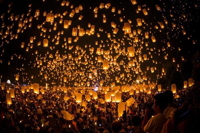 Hàng nghìn đèn lồng được thả trong lễ hội Loi Krathong ở Thái Lan. Lễ hội này diễn ra khi trăng tròn trong tháng 11.