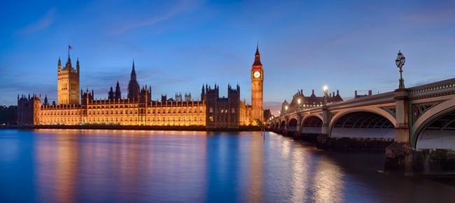 Bức tranh toàn cảnh về tòa nhà Quốc hội Anh, tháp Big Ben, Cầu Westminster, sông Thames ở London lúc hoàng hôn.