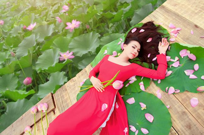 Trà Ngọc Hằng - mỹ nhân được cho là sẽ soán ngôi vị nữ hoàng đồ lót của Ngọc Trinh đẹp  mướt mắt  trong tà áo dài đỏ.