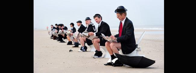 Bãi biển Henley, Úc đã xảy ra một cuộc biểu tình lên tiếng về hệ thống nhà vệ sinh công cộng bằng cách đưa những bồn cầu ra biển và ngồi lên đó. 12 người tham gia đều ăn mặc chỉnh tề, đầu đội mũ quả dưa lê và đang giả vờ đi cầu.