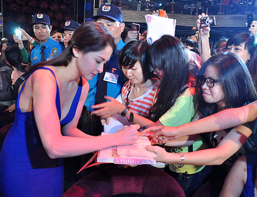 Mỹ nhân Philippines hết lòng chiều fan Việt - 16