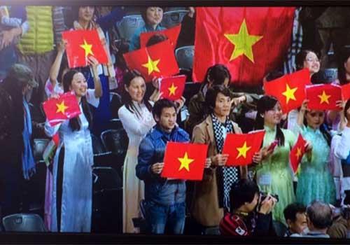Công Vinh xúc động trước rừng cờ VN ở Sapporo - 2