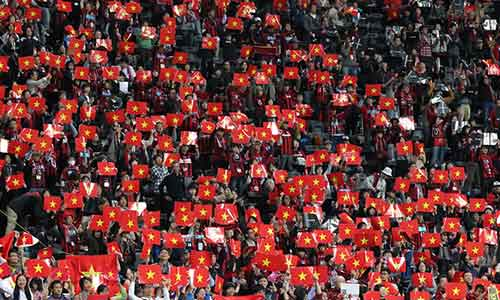 Công Vinh xúc động trước rừng cờ VN ở Sapporo - 3