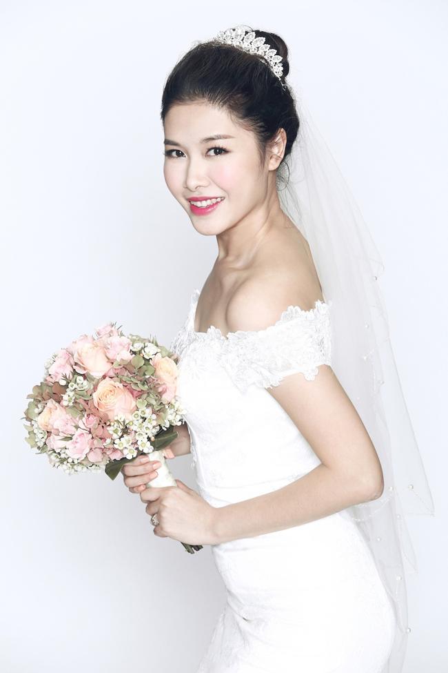 Bộ ảnh cưới của Đăng Khôi và Thủy Anh được thực hiện bởi nhiếp ảnh giaTee Lee và nhà thiết kế Chung Thanh Phong.