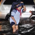 Tin tức trong ngày - TPHCM ngập giờ tan trường, trẻ bì bõm lội nước