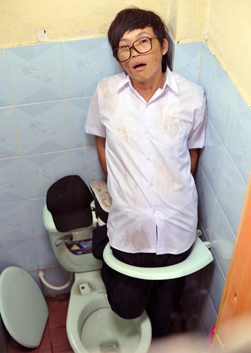 Hoài Linh bị phạt trong... nhà vệ sinh - 1