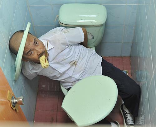 Hoài Linh bị phạt trong... nhà vệ sinh - 5