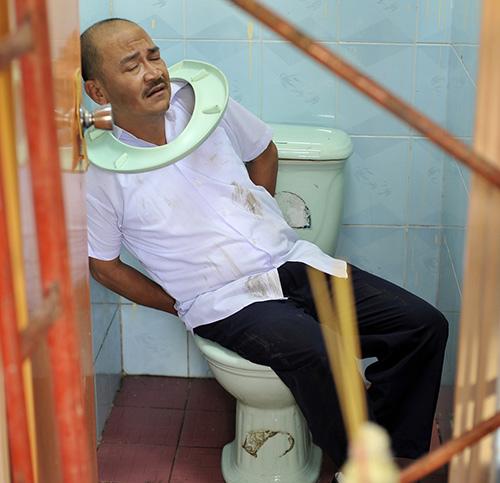 Hoài Linh bị phạt trong... nhà vệ sinh - 4