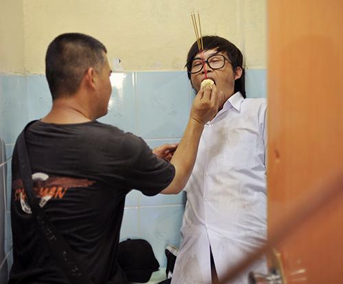 Hoài Linh bị phạt trong... nhà vệ sinh - 3