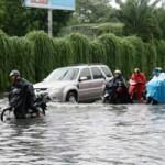 Tin tức trong ngày - TP.HCM: Đường ngập nặng, dân ì ạch đẩy xe