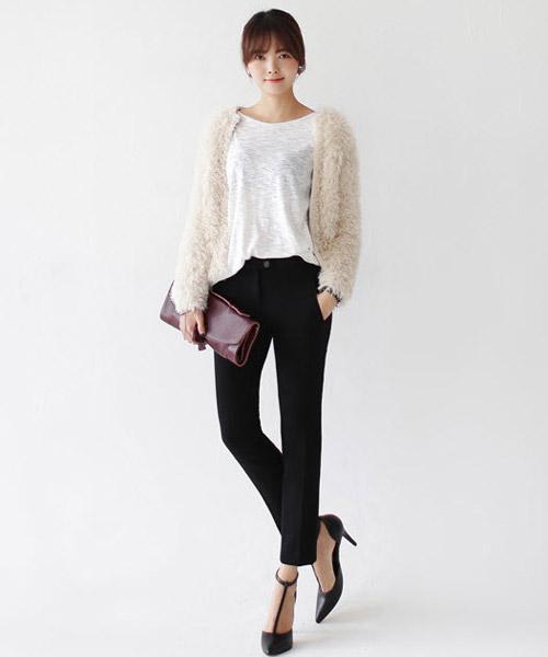 Tôn nét nữ tính với áo len lông xù - 2