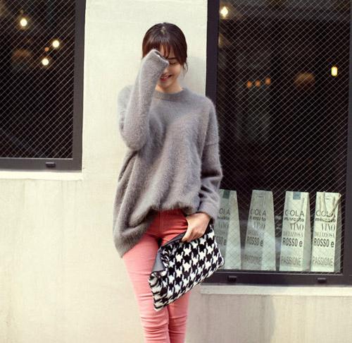 Tôn nét nữ tính với áo len lông xù - 4