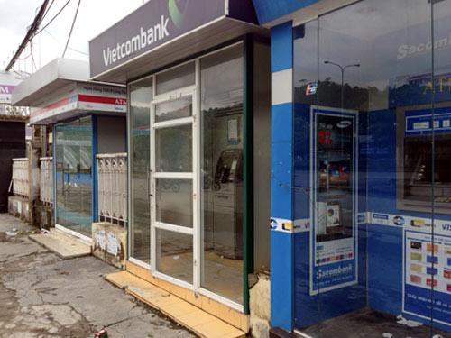 Cạy phá cây ATM, trộm tiền giữa đêm mưa bão - 2