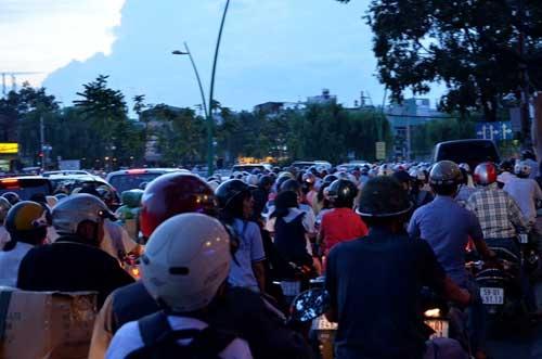 TPHCM: Kẹt xe kinh hoàng, đi 3 giờ chưa tới nhà - 4