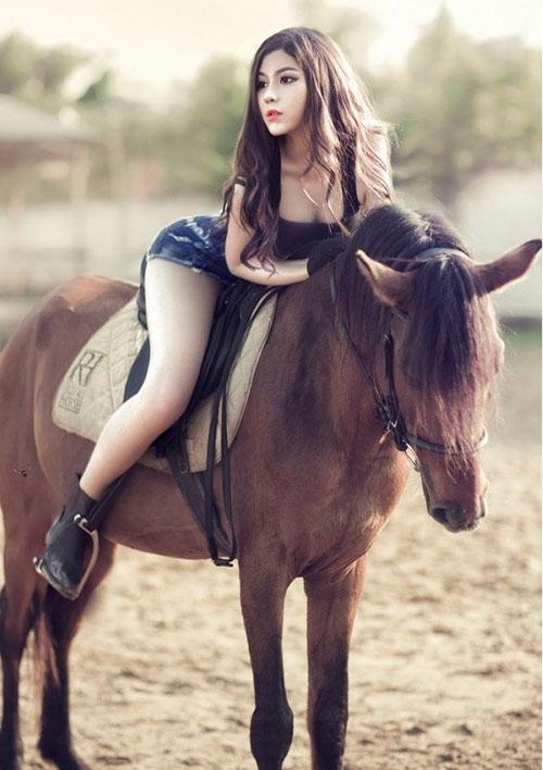 """""""Cô gái chăn ngựa"""" khoe chân dài eo thon - 8"""