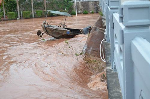 Lũ dữ đẩy tàu va vỡ cây cầu nối Việt - Trung - 1