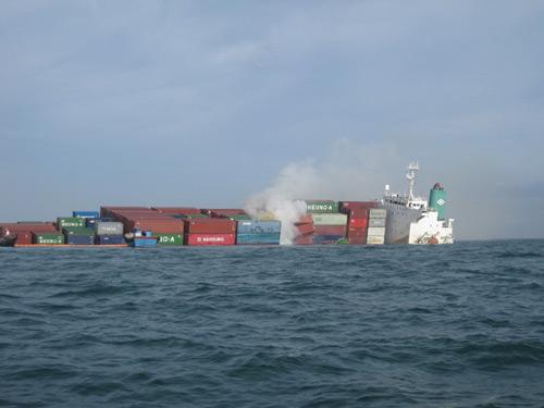 Vụ tàu chìm: Nhiều container chứa hoá chất độc - 1