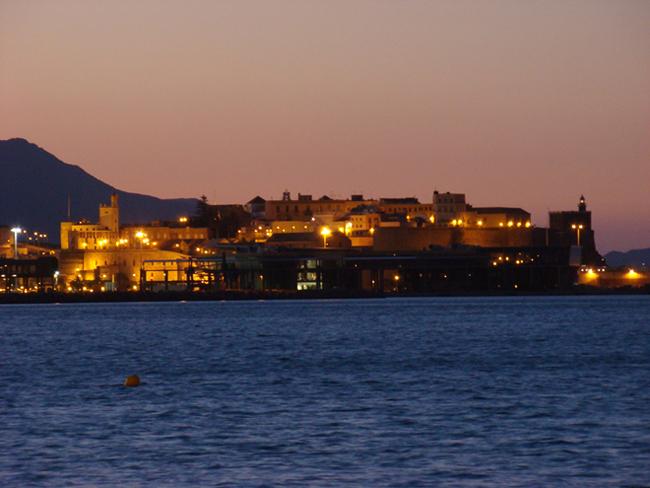 Nguồn gốc của thành phố Melilla đến từ thực dân Phoenicia ở phía tây Địa Trung Hải, và kể từ thế kỷ thứ 6 trước công nguyên Melilla là một phần của đế chế La Mã. Tiếp đó, khu vực Melilla bị chinh phục bởi những người hồi giáo vào cuối thế kỷ thứ 7. Đến những thế kỷ sau đó, thành phố Melilla lại tiếp tục bị người Bồ Đào Nha, Pháp, Ma-rốc xâm chiếm và ngày nay Melilla trở thành một vùng đất tự trị của Tây Ban Nha.