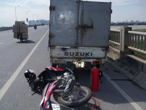 Cán qua chân cô gái, tài xế xe tải bỏ chạy - 1