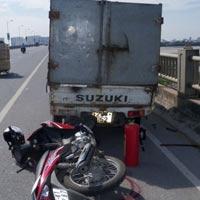 Cán qua chân cô gái, tài xế xe tải bỏ chạy