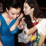 Thời trang - Người đẹp Hoa ngữ vô tư chỉnh áo ngực