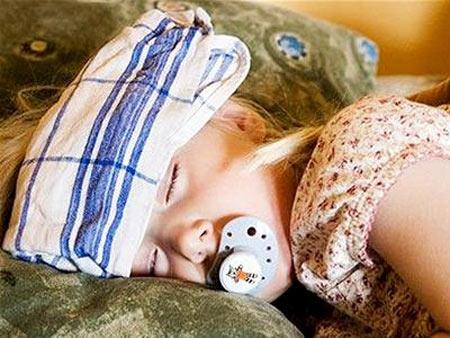 Chăm sóc trẻ bị sốt xuất huyết tại nhà - 1