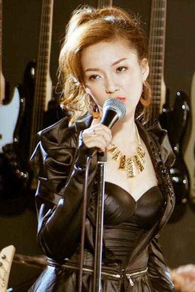 Ca sĩ Đinh Hương mặc bạo chẳng kém ai - 3