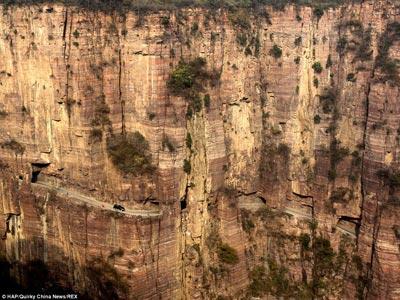 Con đường xuyên núi được đào bằng tay - 1