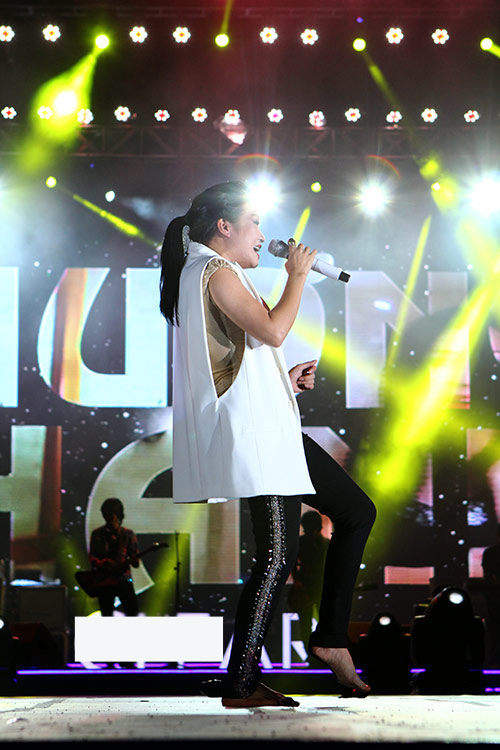 Phương Thanh chân trần quậy cùng rock fan - 1