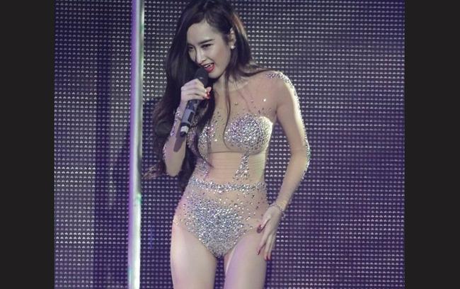 Đây là án phạt đối với Phương Trinh sau khi cô mặc phản cảm trong bộ váy màu nude bó sát cơ thể đi biểu diễn tại bar.
