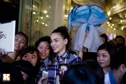 Hồ Ngọc Hà liên tục bị fan nữ ôm hôn - 17