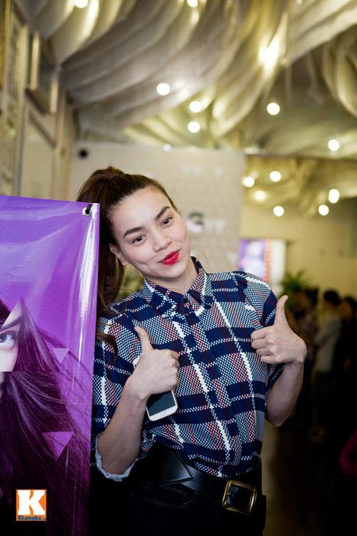 Hồ Ngọc Hà liên tục bị fan nữ ôm hôn - 3