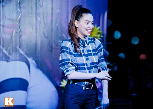 Hồ Ngọc Hà liên tục bị fan nữ ôm hôn - 5