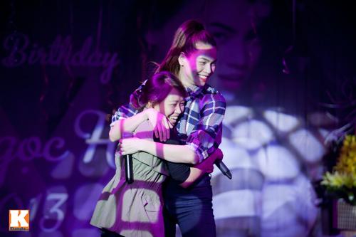 Hồ Ngọc Hà liên tục bị fan nữ ôm hôn - 10