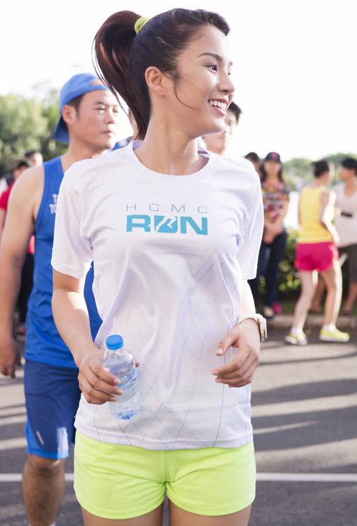 Hà Tăng háo hức chạy bộ cùng em chồng - 2