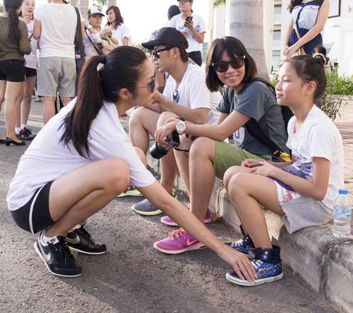 Hà Tăng háo hức chạy bộ cùng em chồng - 9