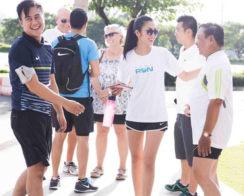 Hà Tăng háo hức chạy bộ cùng em chồng - 7