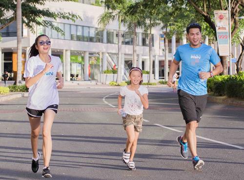 Hà Tăng háo hức chạy bộ cùng em chồng - 4
