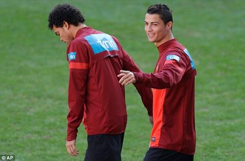 Ronaldo tươi cười trên sân tập - 5