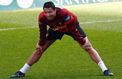 Ronaldo tươi cười trên sân tập - 4