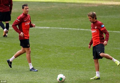 Ronaldo tươi cười trên sân tập - 6